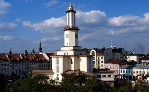 Der Marktplatz (Platz Rynok) und das Rathaus